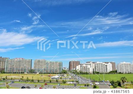 爽やかな秋晴れの青空とマンション街 43867565