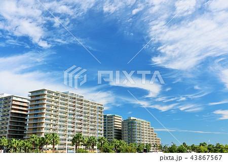 爽やかな秋晴れの青空とマンション街 43867567