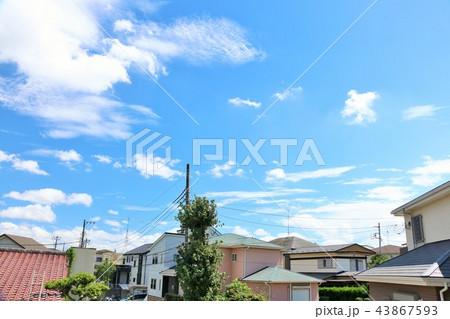 夏の青空と街並み風景 43867593