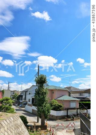 夏の青空と街並み風景 43867596