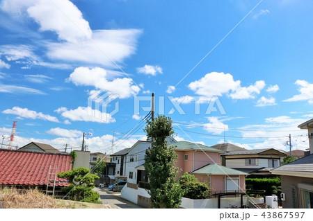 夏の青空と街並み風景 43867597