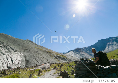 a helicopter in the sky above the mountains の写真素材 43876105