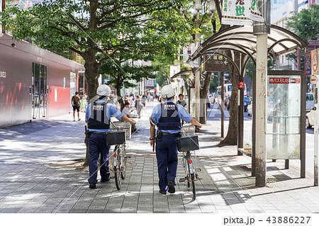名古屋市中区栄 大津通を巡回する警察官 43886227