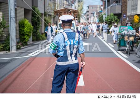 お祭りの雑踏警備中の警視庁の警察官 43888249