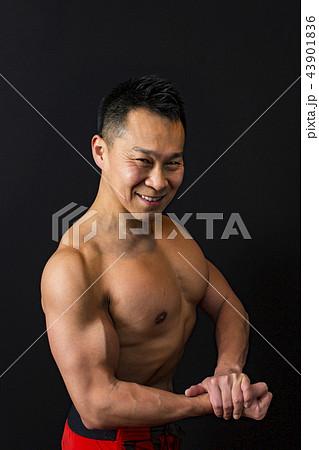 筋トレをする男性 43901836