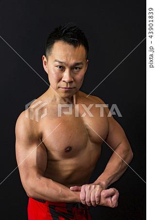 筋トレをする男性 43901839