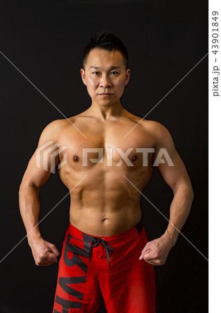 筋トレをする男性 43901849