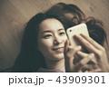 携帯電話 女性 モバイルの写真 43909301
