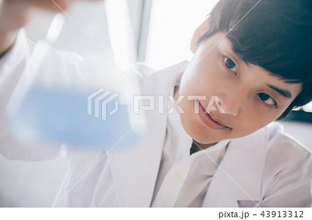 実験する男性 43913312