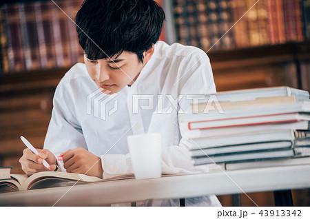 図書館で本を読む男性 43913342