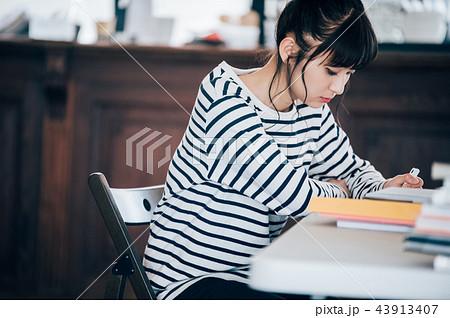 カフェで勉強する女性 43913407