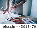 絵を描く女性の手元 43913479