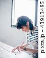 絵を描く女性 43913485
