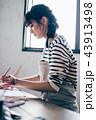 絵を描く女性 43913498