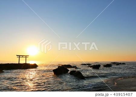 茨城県 大洗磯前神社と夜明けの太陽 43915407