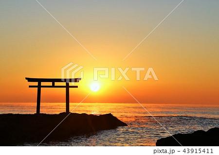 茨城県 大洗磯前神社と夜明けの太陽 43915411