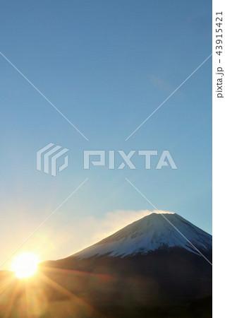 富士山と夜明けの太陽 43915421