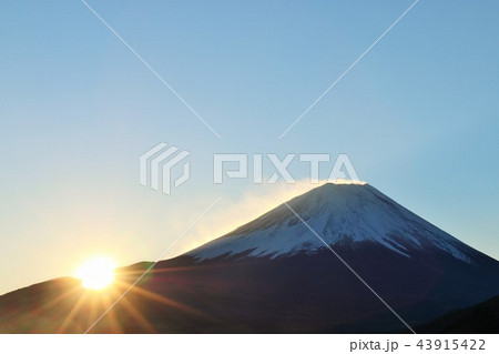 富士山と夜明けの太陽 43915422