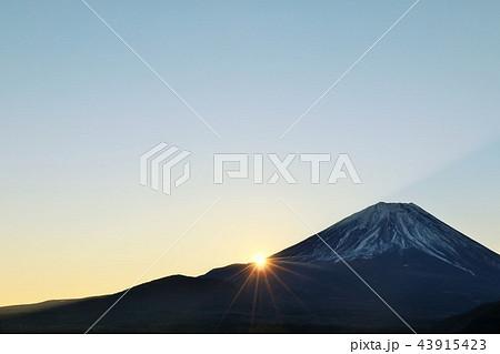 富士山と夜明けの太陽 43915423
