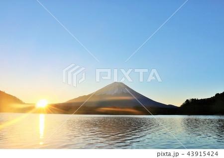 富士山と夜明けの太陽 43915424