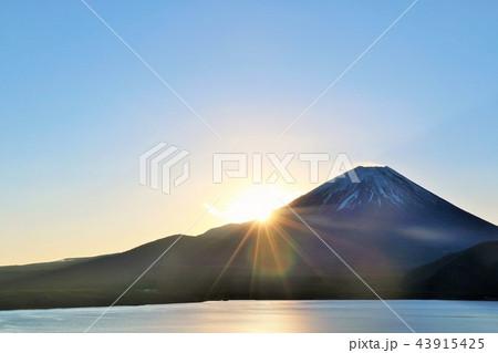 富士山と夜明けの太陽 43915425