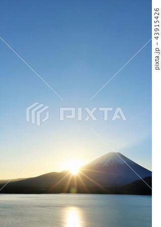 富士山と夜明けの太陽 43915426