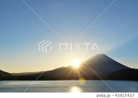 富士山と夜明けの太陽 43915427