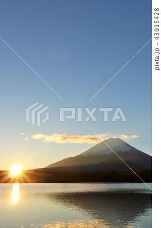 富士山と夜明けの太陽 43915428