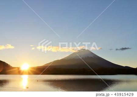 富士山と夜明けの太陽 43915429