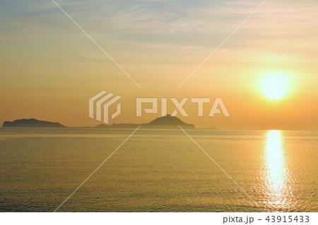 大分県 姫島と夜明けの太陽 43915433