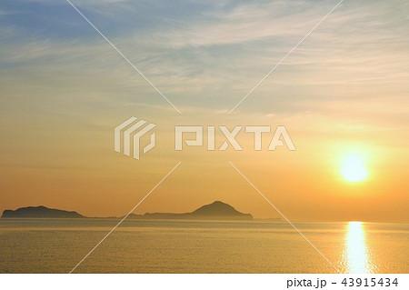 大分県 姫島と夜明けの太陽 43915434