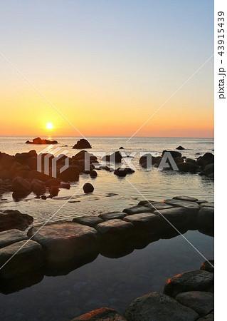 北海道 水無海浜温泉と夜明けの太陽 43915439