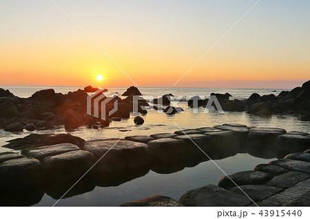 北海道 水無海浜温泉と夜明けの太陽 43915440