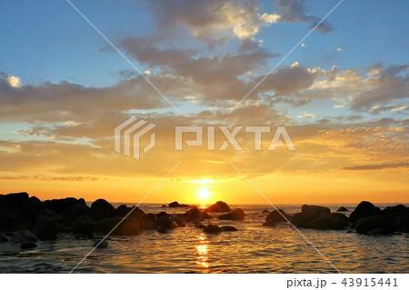 北海道 大海原と夜明けの太陽 43915441