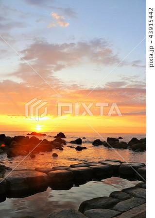 北海道 水無海浜温泉と夜明けの太陽 43915442