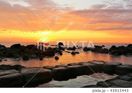 北海道 水無海浜温泉と夜明けの太陽 43915443