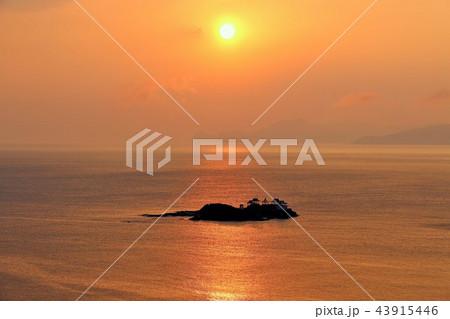 兵庫県 後ヶ島と夜明けの太陽 43915446