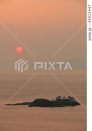 兵庫県 後ヶ島と夜明けの太陽 43915447