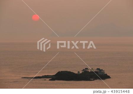 兵庫県 後ヶ島と夜明けの太陽 43915448