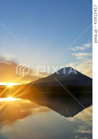 美しい日本の新年 富士山と太陽 43915457