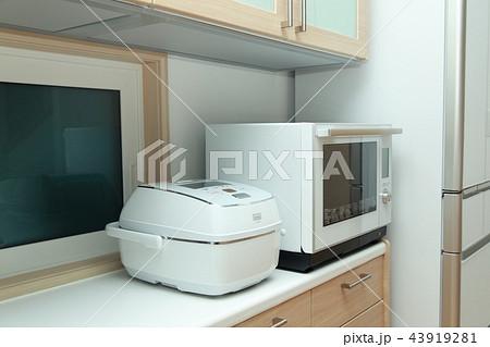 家電 (炊飯器 電子レンジ キッチン 台所 家事 炊事 ホワイト 白 一軒家 マンション 料理) 43919281