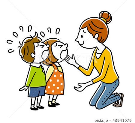 泣いている子供たちと母親 43941079