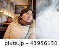 女の人 女性 電車の写真 43956150