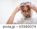 シニア 頭痛 男性の写真 43980074