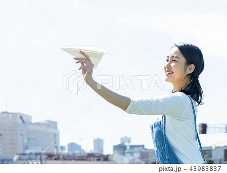 紙飛行機 女性 飛ばす 43983837