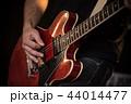 男 ギター 楽器の写真 44014477