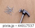 ハンマーと釘 44017537