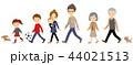 並んで歩いている3世代家族 44021513