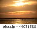美しい夕日と海 44031688