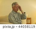 男性 シニア 頭痛の写真 44038119
